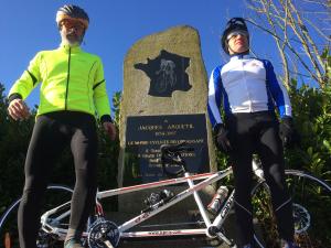 Jérôme et Guillaume devant le monument à la gloire de Jacques Anquetil